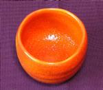 鮮やかな赤い陶器のぐい呑み